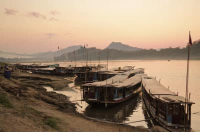 Laos Erlebnisreise -Laos individuell -Laos Kambodscha Gruppenreise -Boote am Flussufer - Mekong
