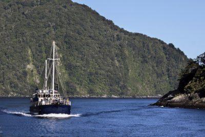 Boot im Milford Sound - Fjordland - Neuseeland