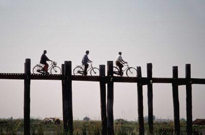 Fahrradfahrer auf Bruecke - Mandalay - Myanmar