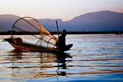 Burma individuell reisen - Myanmar Rundreise -Fischer auf Boot - Inle See - Myanmar