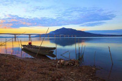 Holzboot am Ufer des Mekong - Laos