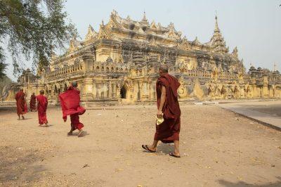 Myanmar Individualreise -Myanmar Rundreise -Moenche vor einem Tempel - Yangon - Myanmar