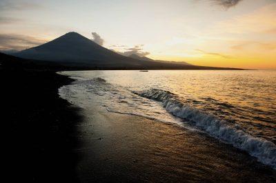 Bali Rundreise -Indonesien individuell -Sonnenaufgang am Strand - Mount Agung - Bali Indonesien