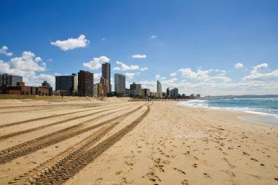 Strand und Skyline von Durban - Suedafrika