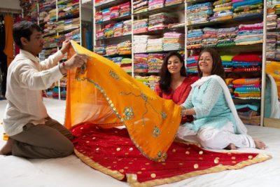 Bangladesch Rundreise - Frau kauft Saris - Rajshahi