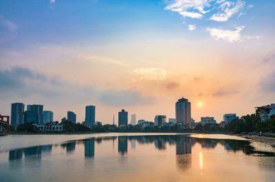 Vietnam Rundreise - Blick auf die Stadt Hanoi vom Hoang Cau See