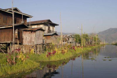 Burma individuell reisen -Haeusersiedlung - Inle See - Myanmar
