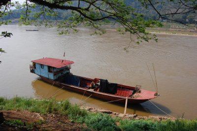 rotes Boot auf dem Mekong Fluss - Laos