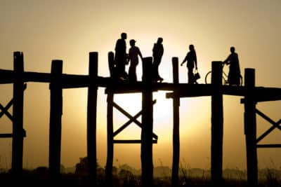 Myanmar Gruppenreise -Myanmar Erlebnisreise - Fußgaenger auf Bruecke - Mandalay - Myanmar