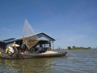 Haus und Fischernetz - Tonle Sap - Kambodscha